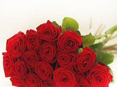 Букет из 17 красных роз в крафте